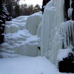 Укский водопад зимой с масштабом